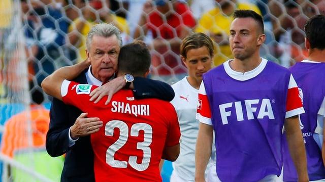 Ottmar Hitzfeld tröstet seinen Schützling Xherdan Shaqiri.