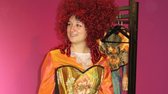 Frau in Kleid nach historischem Vorbild, inklusive Perücke.