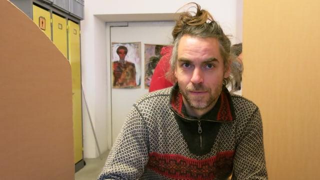 Hannes Hergarten in einer Beratungskoje in der improvisierten Anlaufstelle