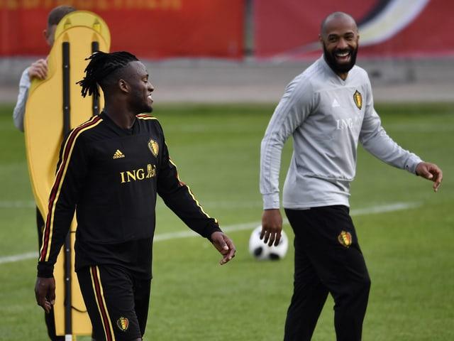 Michy Batshuayi (l.) und Thierry Henry sind im Training zu Spässen aufgelegt.
