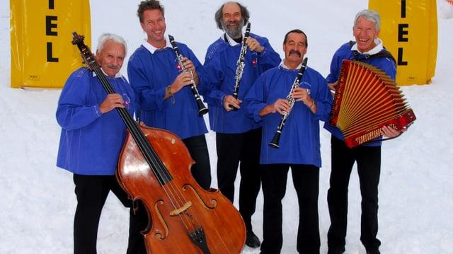 Band Engadiner Ländlerfründe in blauen Sennenchutteli mit Instrumenten.