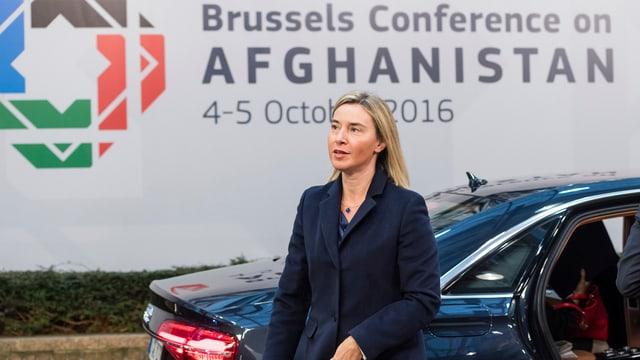 Purtret da Federica Mogherini davant in placat da la conferenza.