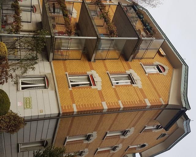Haus mit gelblicher Backsteinfassade