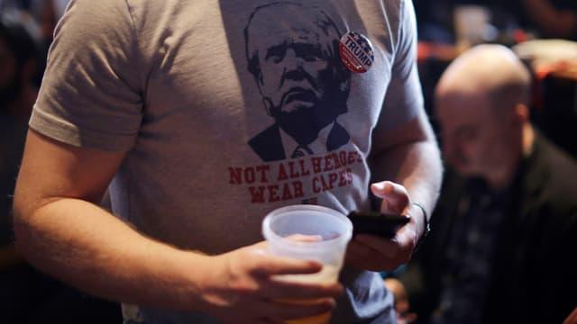 Mann mit Trump-Shirt und Bier.