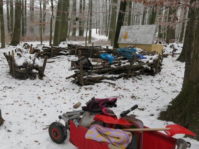 Waldsofa, kleiner Wagen mit Schneeschaufeln etc.