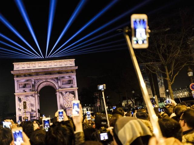 Laser-Show über dem Arc de Triomphe.
