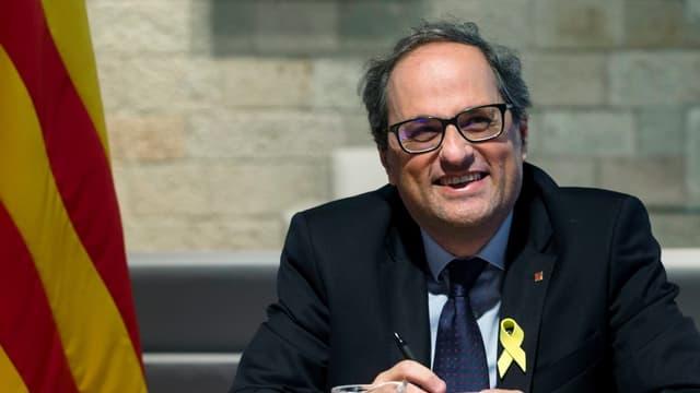 Quim Torra neben katalanischer Flagge