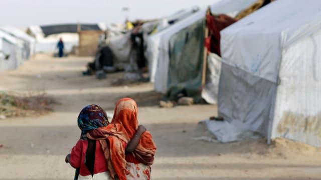 Dus uffants en in champ da fugitivs en il Tschad.