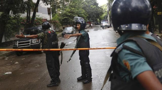 Policists a Dhaka en il Bangladesch.