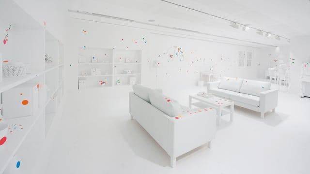 Ein komplett weisses Wohnzimmer mit nur wenigen farbigen Stickers versehen.