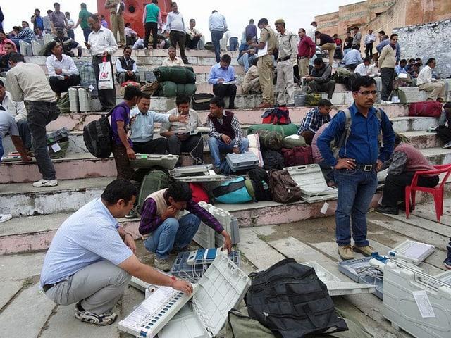 Wahlhefer machen in New Tehri die elektronischen Wahlmaschinen bereit