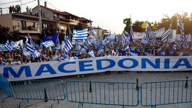 Demonstranten mit griechischen Flaggen.