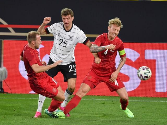 Thomas Müller (Mitte) im Kampf um den Ball mit Christian Eriksen (links) und Simon Kjaer (rechts)