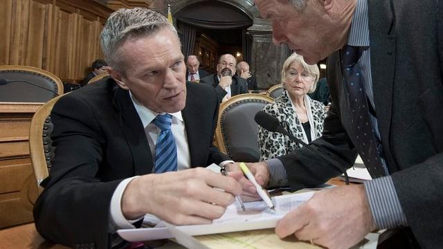 Werner Luginbühl redet im Parlament mit Peter Bieri.