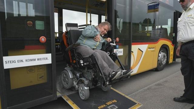 René Kälin rollt mit seinem Rollstuhl über eine Rampe aus dem Bus.