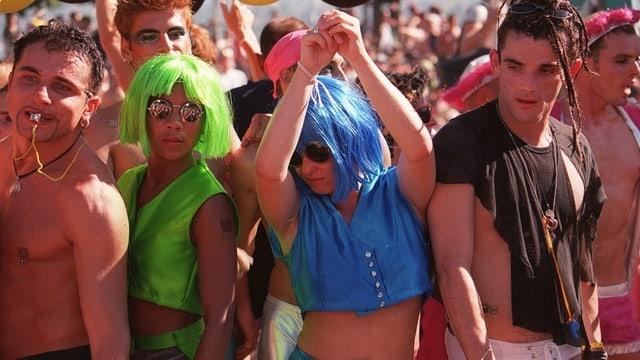 Jugendliche Raver mit bunten Perücken.