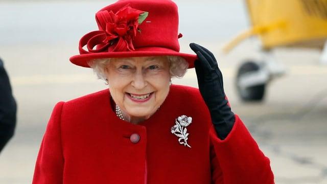 La Queen porta gugent in chapè e colurs fitg recentas.