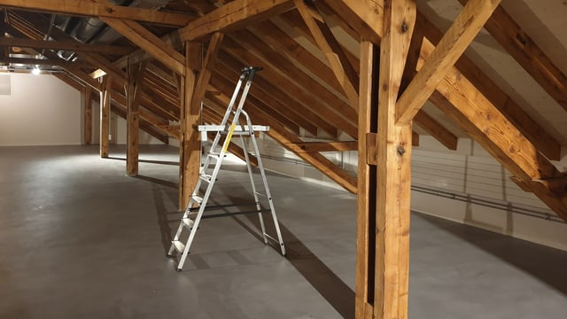 Holzgewölbe im Estrich mit Leiter am Boden
