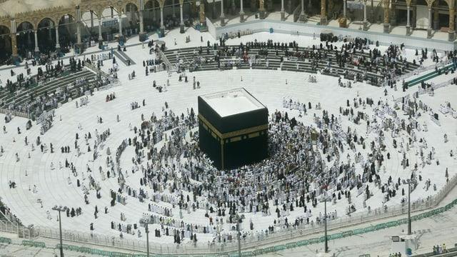 Pilger stehen um die Kaaba in Mekka