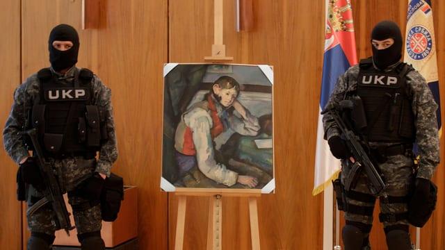 Zwei Polizisten bewachen ein Cézanne-Gemälde.