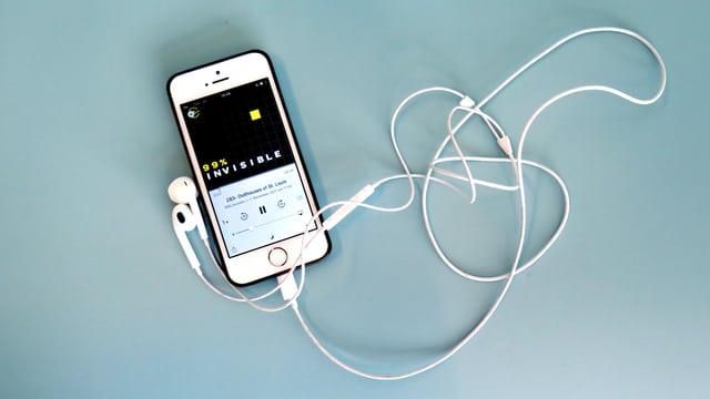 Ein Smartphone, auf dem 99% Invisble gehört wird.