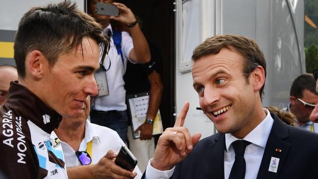 Frankreichs Präsident Emmanuel Macron im Gespräch mit Romain Bardet.