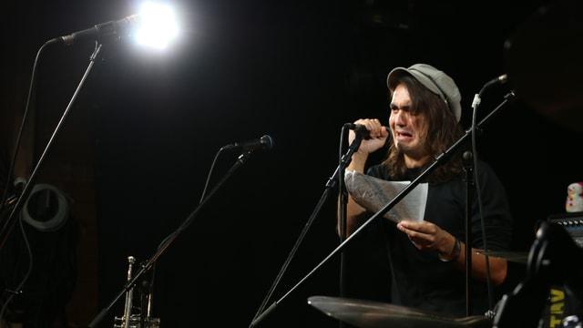 Portrait Benjamin Senn auf der Bühne im Gegenlicht.