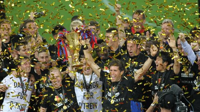 Die FCB-Meisterspieler bei der Pokalübergabe.