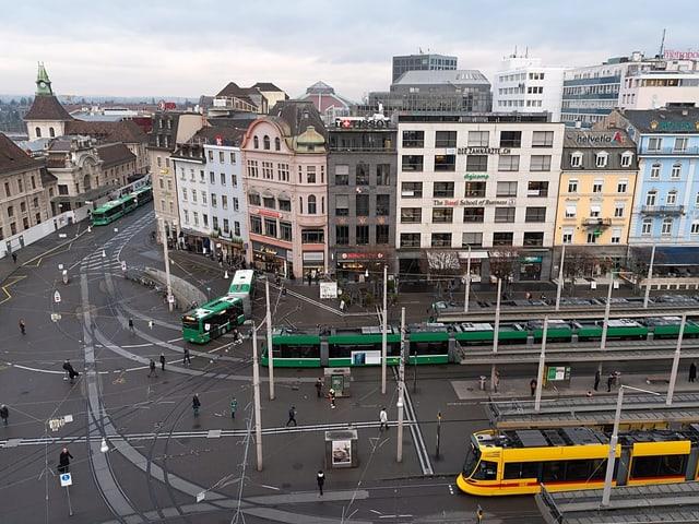 Über 100'000 Fahrgäste steigen hier jeden Werktag aufs Tram oder den Bus um.