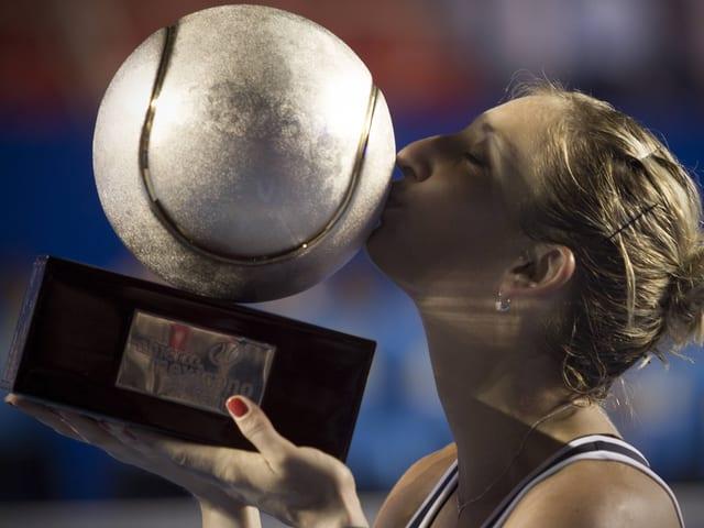 Bacsinszky küsst einen übergrossen Tennisball.