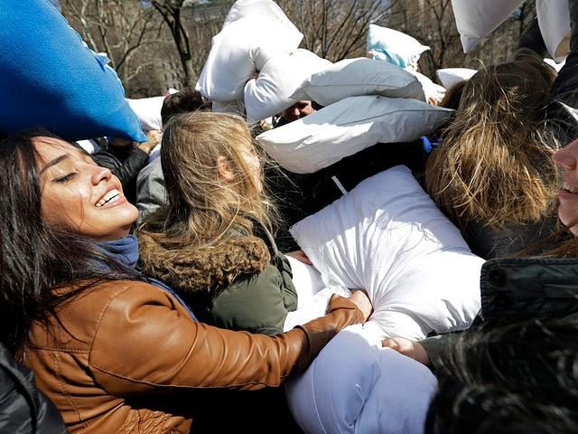 Aktivisten am «International Pillow Fight Day».