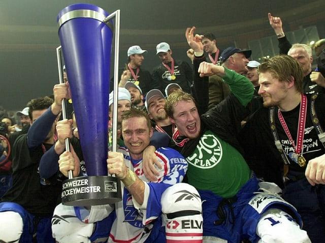 Seger feiert mit seinen Teamkollegenn den meistertitel 2000.