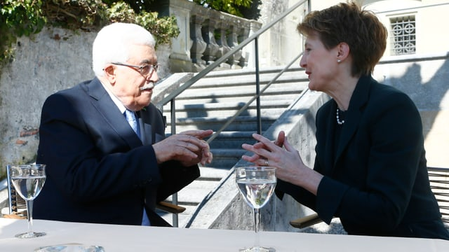 Mahmud Abbas e Simonetta Sommaruga discuran en in curtin.