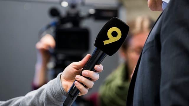 Schurnalist da l'emettur regiunal «Canal 9» fa ina intervista.