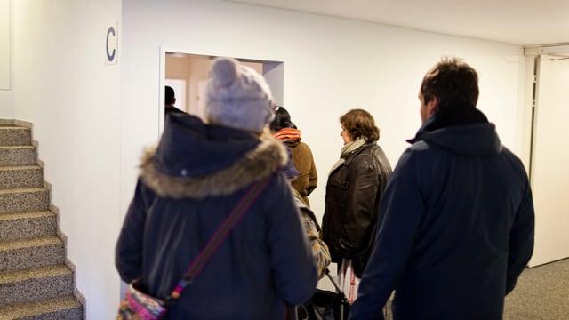 Menschen vor dem Eingang einer Wohnung, die neu vermietet wird.