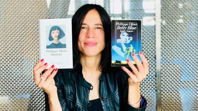 Annette König hält die Romane «Betty Blue» und «Marklène» von Philippe Djian in der Hand
