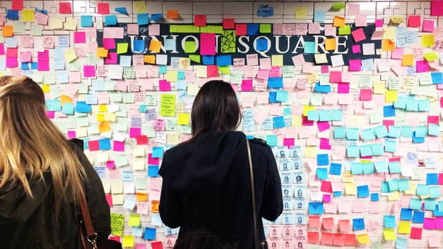 Eine Frau vor «Subway Therapy»-Post-its am Union Square.