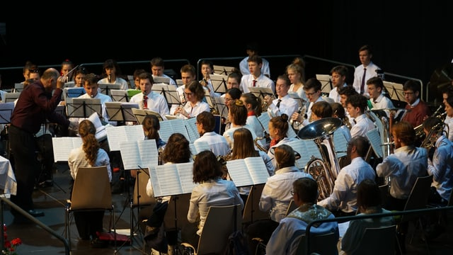 Ina musica da giuvenils suna durant la festa da musica chantunala ad Arosa.