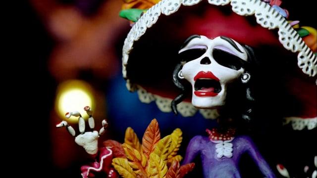 Ein Skelett mit einem grossen roten Sombrero.