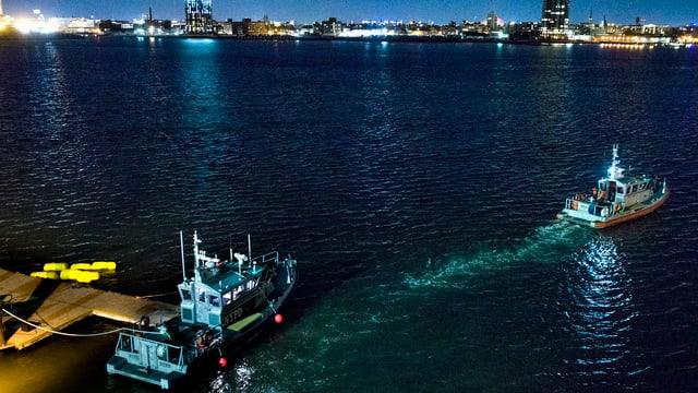 L'East River en ils stgir e duas barcas che tschertgan.