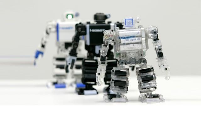 Kolonne von kleinen Robotern, angetrieben durch Batterien in der Brust