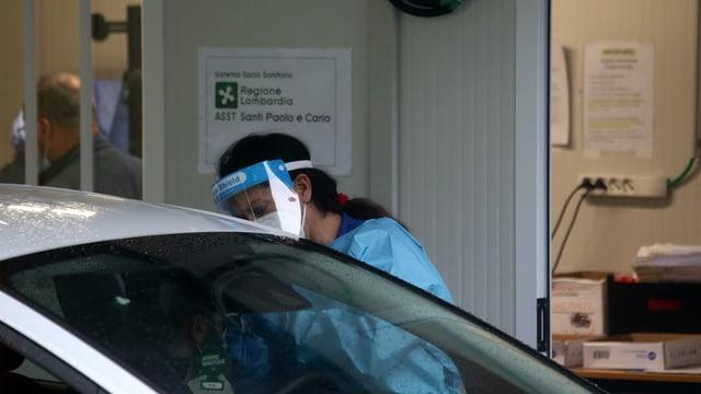 Mann in Auto macht Corona-Test
