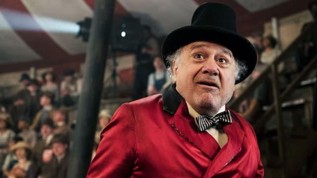 Ein Zirkusdirektor in der Manege.