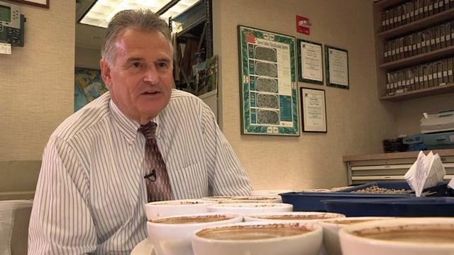 Mann sitzt vor Kaffeetassen