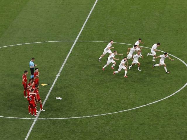 Die spanischen Spieler jubeln nach dem gewonnenen Penaltyschiessen im EM-Viertelfinal.
