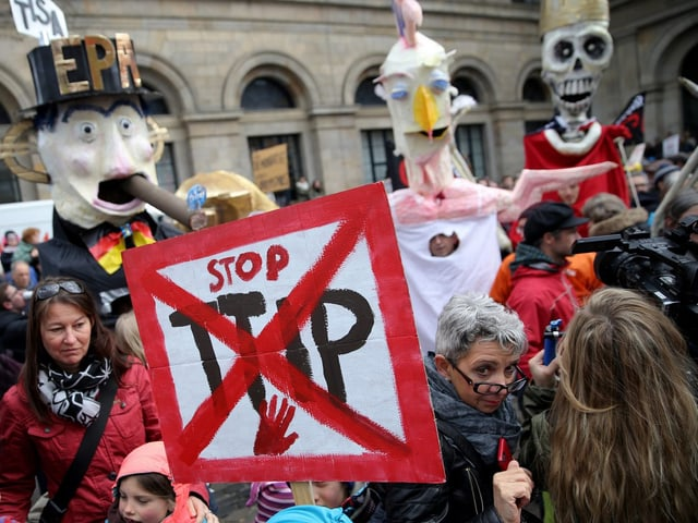 Demonstranten mit einem «Stopp-TTIP-Schild».