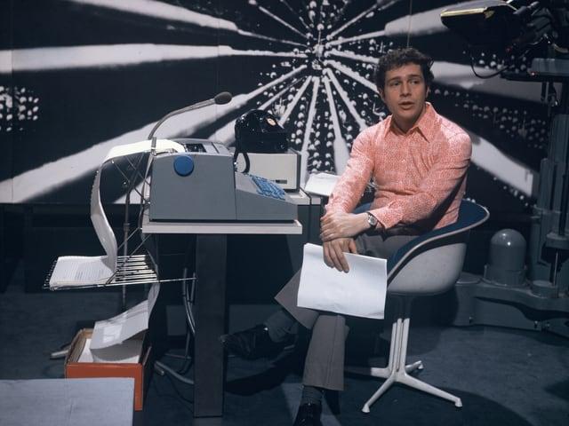 Dieter Wiesmann sitzt in einem Studio auf einem Stuhl