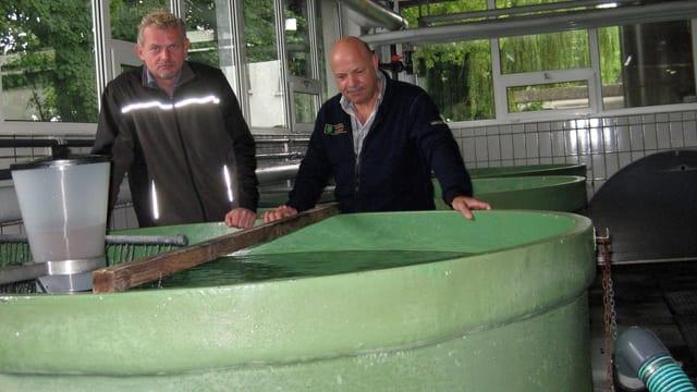Fischereiaufseher im Gespräch
