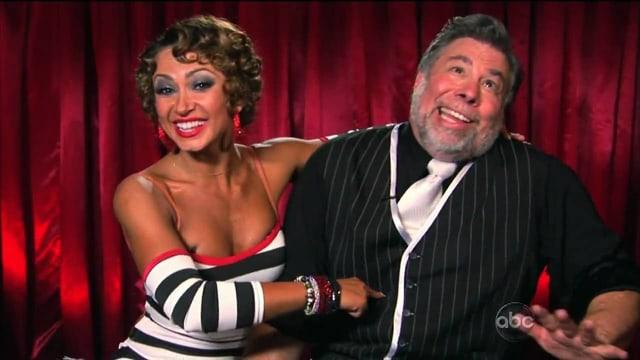 Steve Wozniak mit Tänzerin in einer Pose