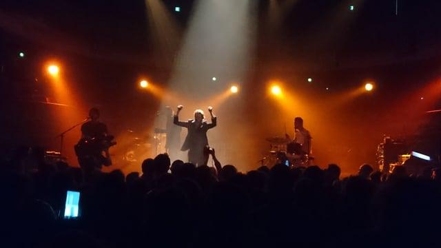 La band Warhaus sin tribuna cun cazzola oranscha.